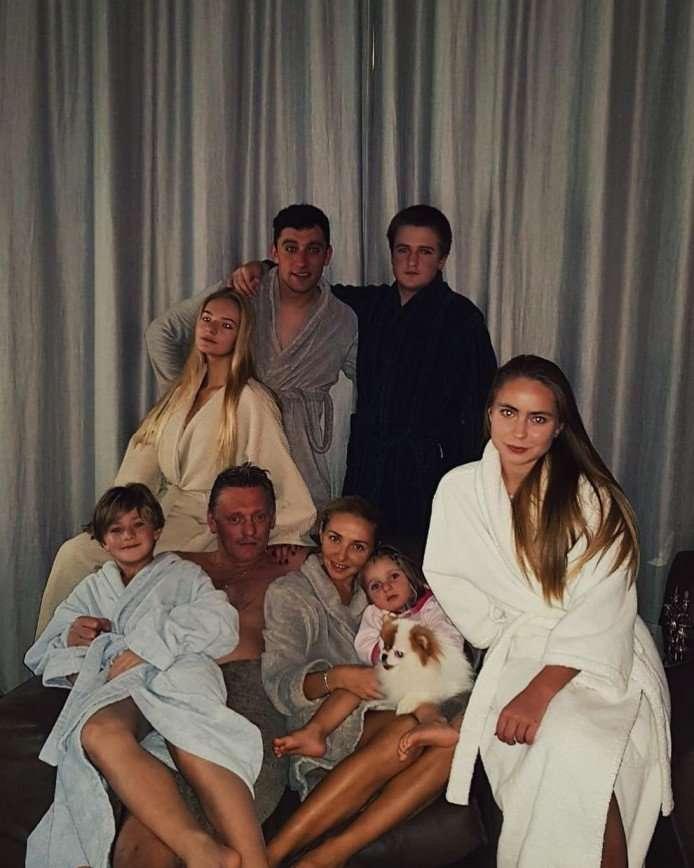 «Песконавки в сборе»: дочь Дмитрия Пескова поделилась семейным снимком