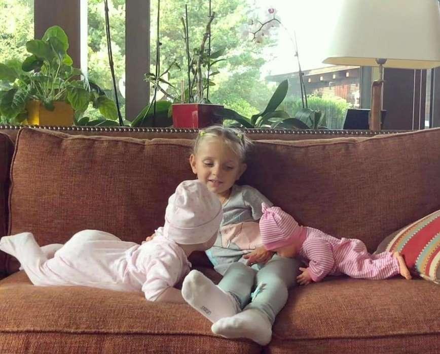 4-летняя дочь Татьяны Навки осваивает китайскую грамоту