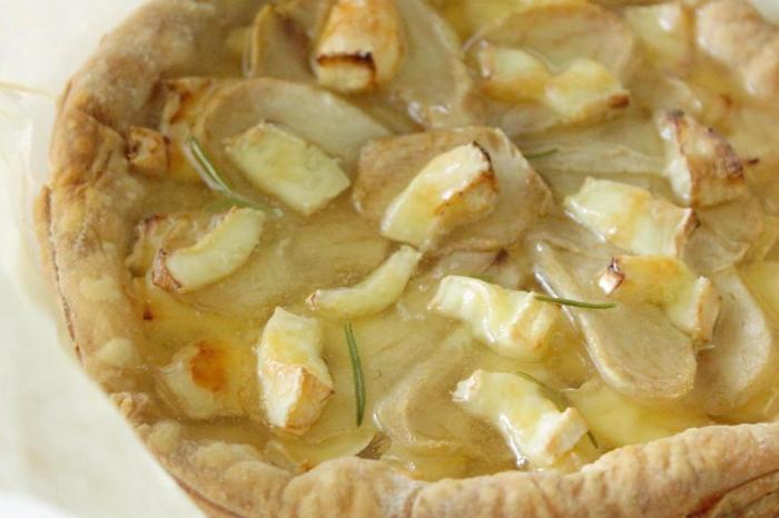 Пирог с грушей, сыром и розмарином