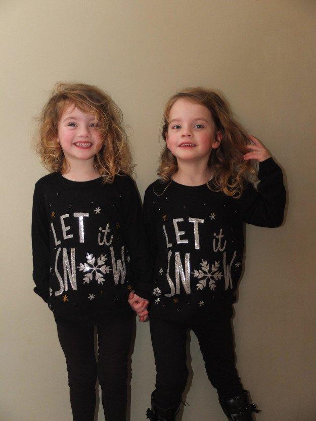 Английские близняшки воплощают сцену из